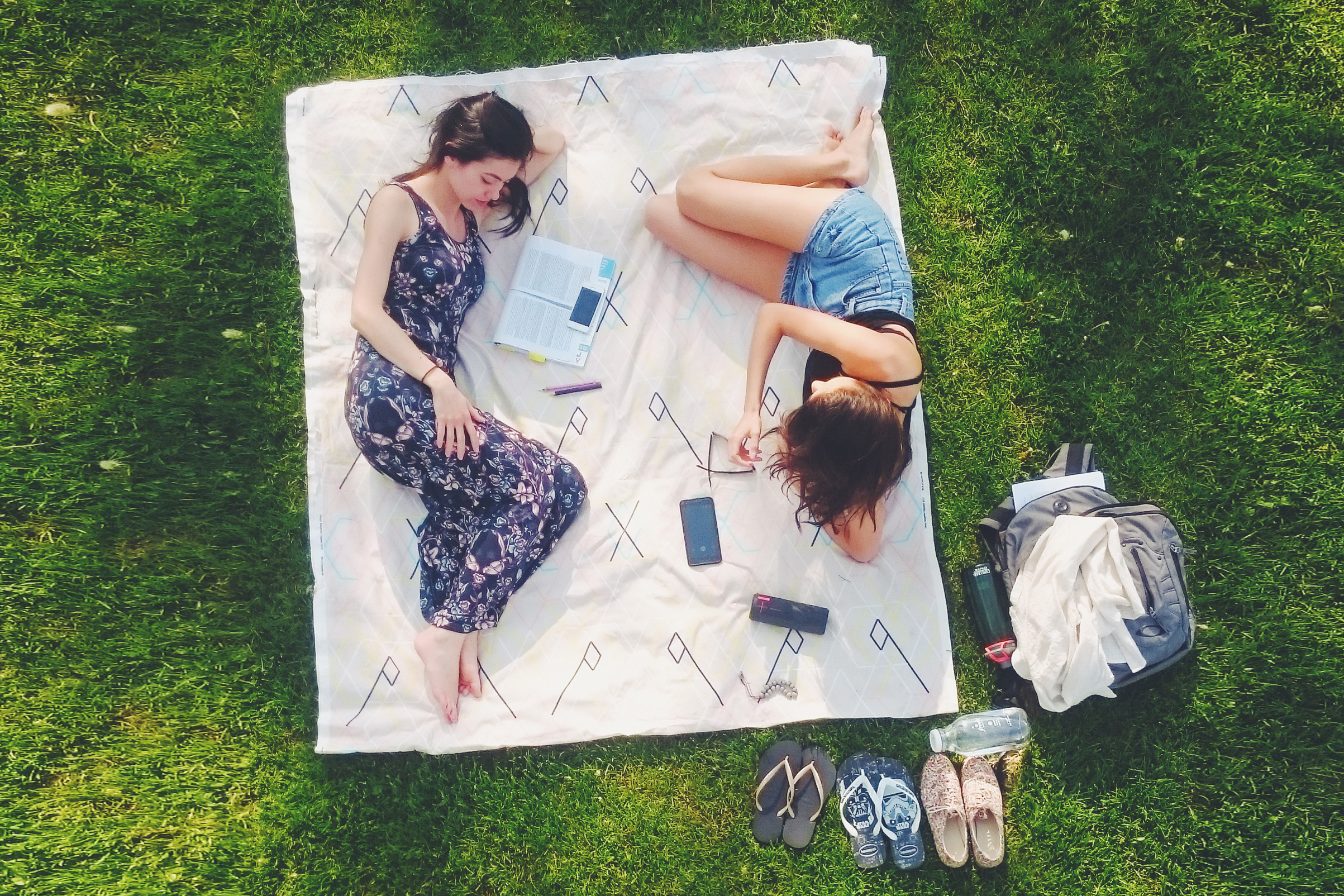 students picnic outdoor